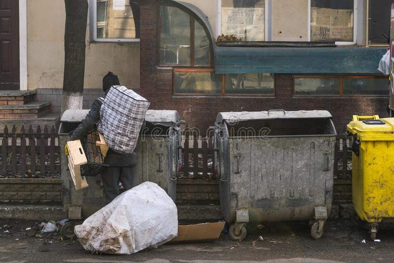 Um homem não identificado que procura algo na lata de lixo fotos de stock royalty free