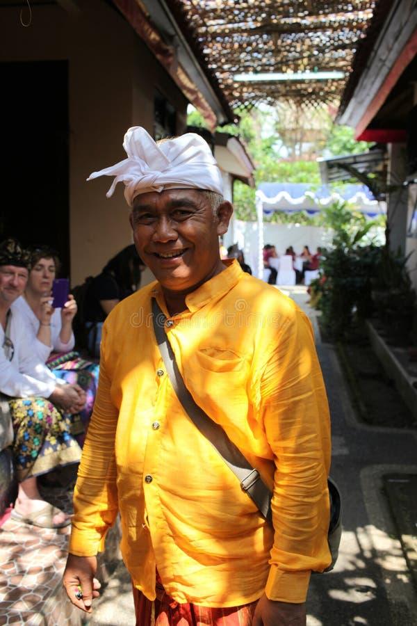Um homem na cerimônia de Potong Gigi - dentes do Balinese do corte - dentes do corte, ilha de Bali, Indonésia imagens de stock