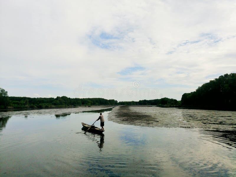 Um homem no rio imagem de stock