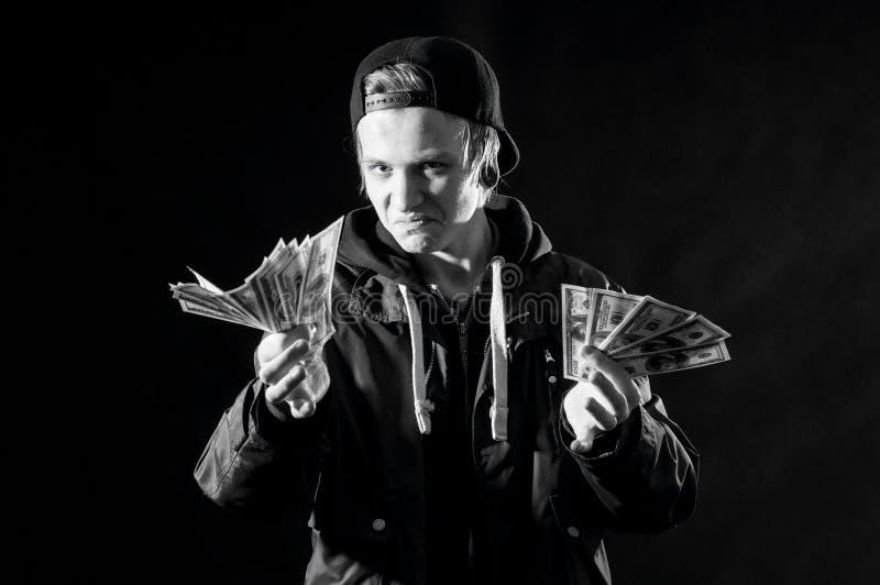 Um homem novo com dinheiro nas mãos foto de stock
