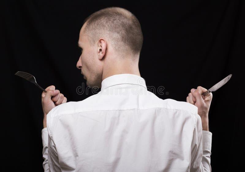 Um homem novo com o cabelo muito curto que está com ela de volta ao c fotografia de stock royalty free