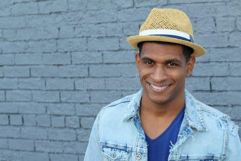 Um homem novo considerável no estilo do moderno veste vestir um chapéu fotos de stock