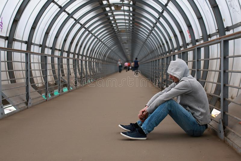 Um homem novo em um hip-hop do hoodie imagem de stock