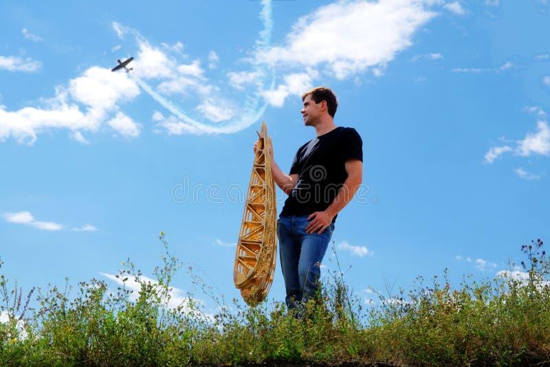 Um homem novo guarda os reforços da asa foto de stock royalty free