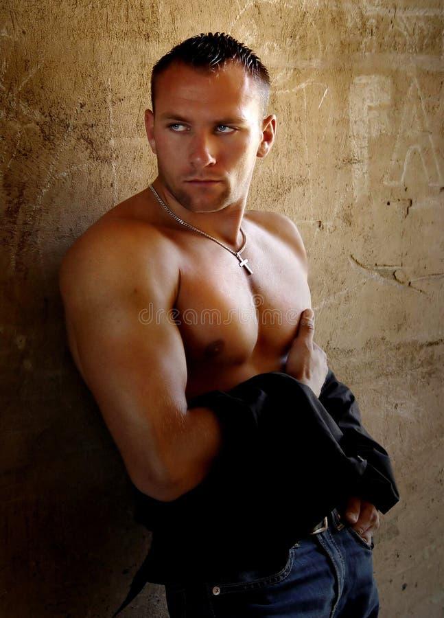 Um homem novo muscular imagens de stock