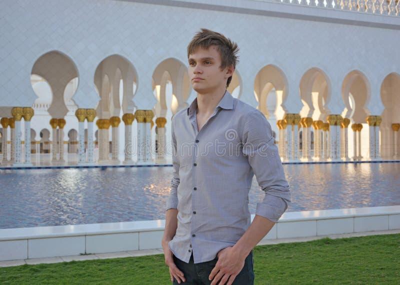 Um homem novo na frente da mesquita imagens de stock