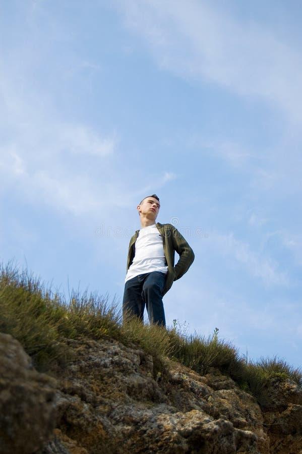 Um homem novo observando o mundo circunvizinho de t fotos de stock royalty free