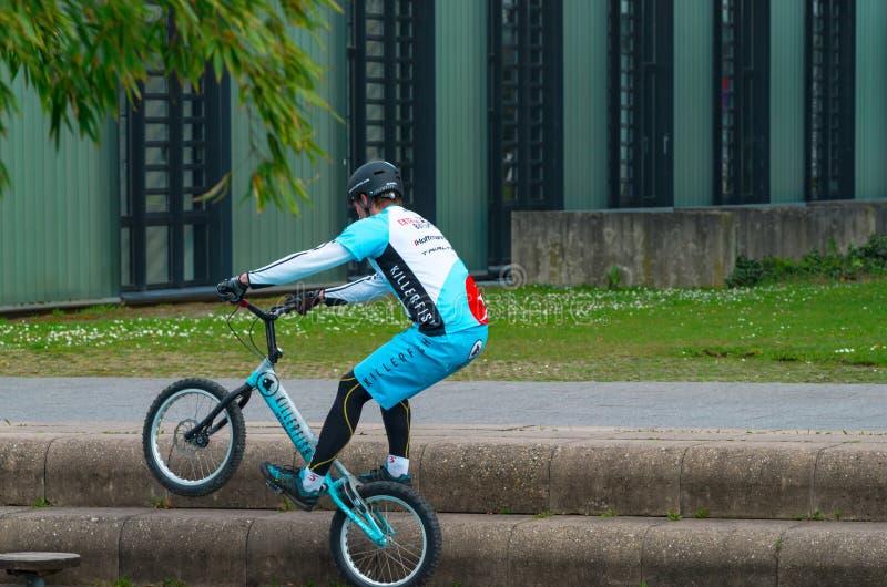 Um homem novo ou um mountainbiker não identificado pela sujeira que salta nas escadas de pedra fora fotografia de stock