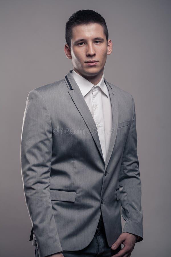Um homem novo, parte superior do corpo, roupa formal fotos de stock