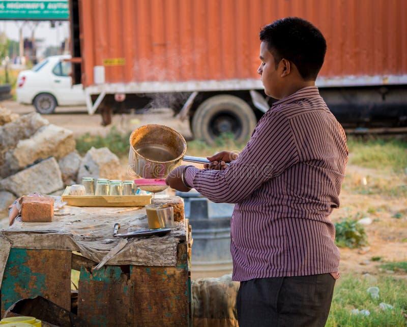 Um homem novo que faz um chá imagem de stock royalty free
