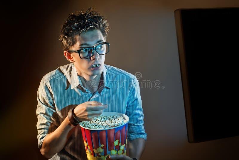 Um homem olha o filme apenas imagens de stock