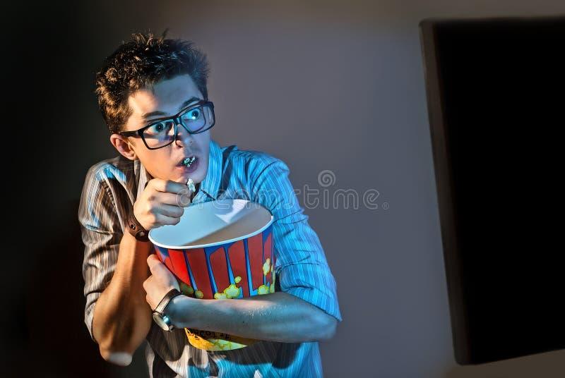 Um homem olha o filme apenas foto de stock