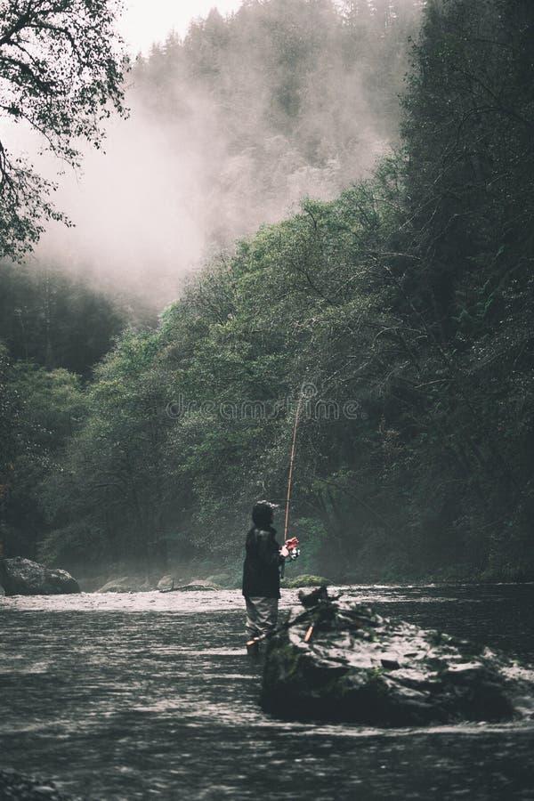 Um homem pesca em Oregon imagem de stock
