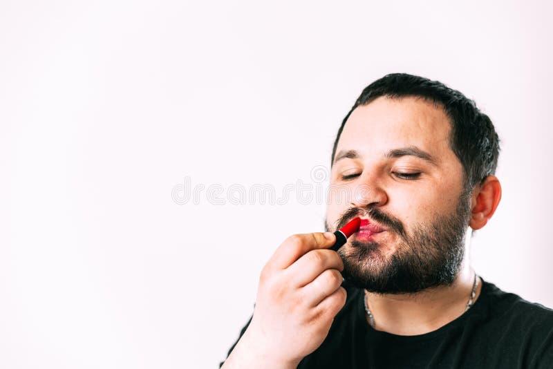 Um homem pinta seus bordos com batom foto de stock royalty free