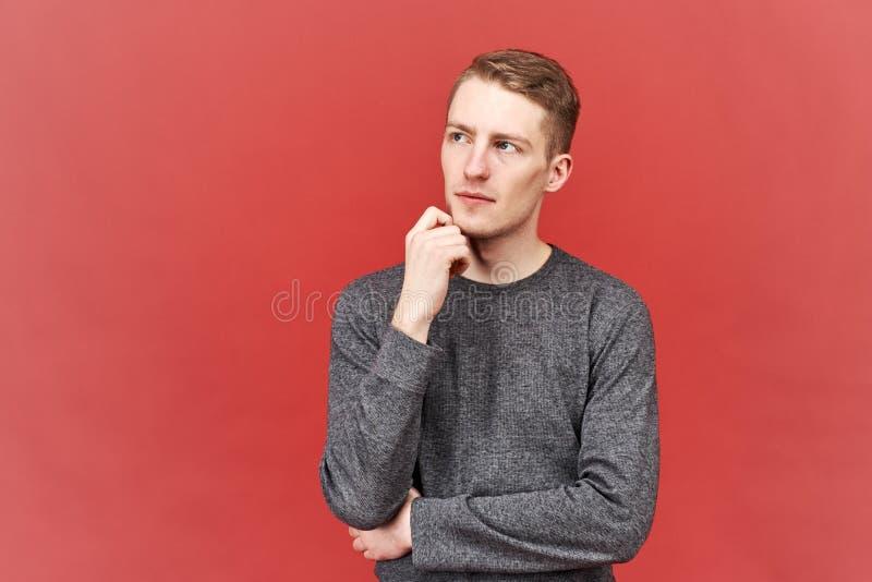 Um homem poderoso seguro no pensamento, olha acima, como se olhando e fazendo planos para o futuro imagens de stock royalty free