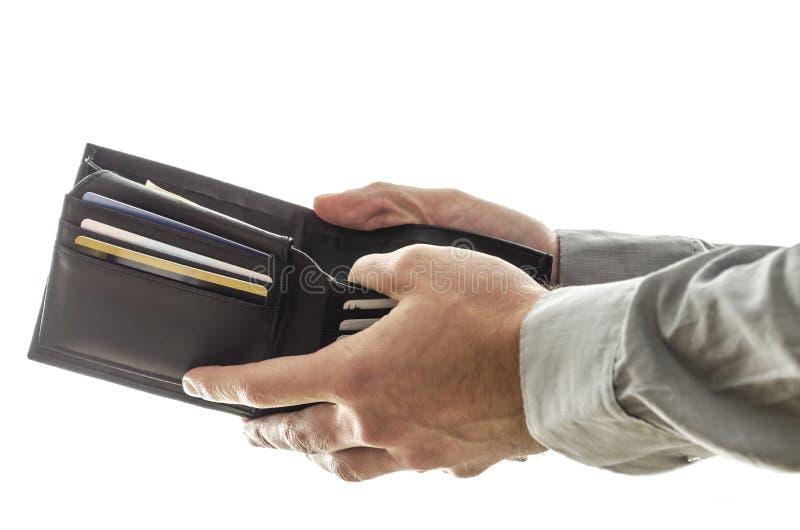Um homem que abre sua carteira imagens de stock