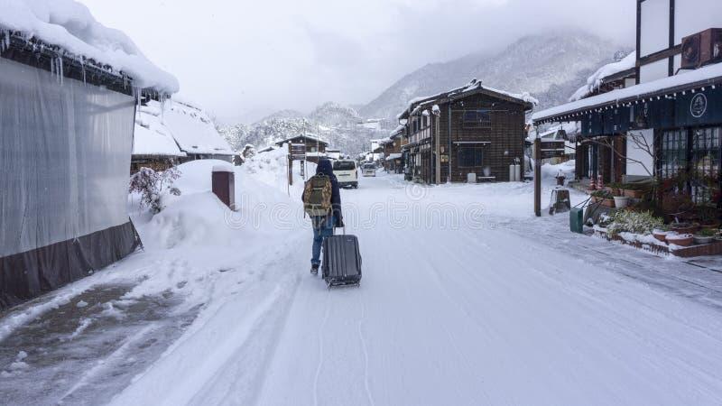 Um homem que anda na estrada Imagem recolhida uma estadia de inverno foto de stock