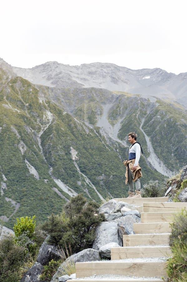 Um homem que aprecia a vista cênico ao longo da fuga de passeio aos lagos e à opinião azuis da geleira de Tasman, Aoraki/cozinhei fotos de stock