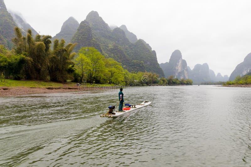Barco em Lijiang River foto de stock