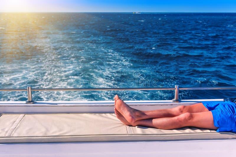 Um homem que descansa em um iate fotografia de stock
