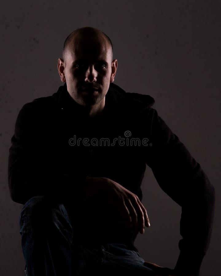 Um homem que descansa em um joelho fotografia de stock