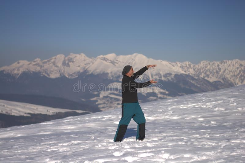 Um homem que faz o taichi nas altas altitude que respiram no oxigênio excelente fotos de stock