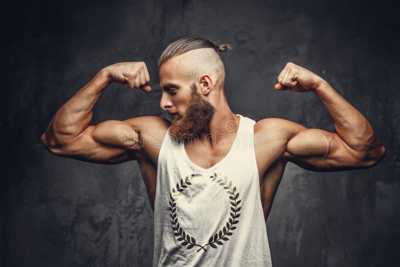 Um homem que mostra seu bíceps fotos de stock