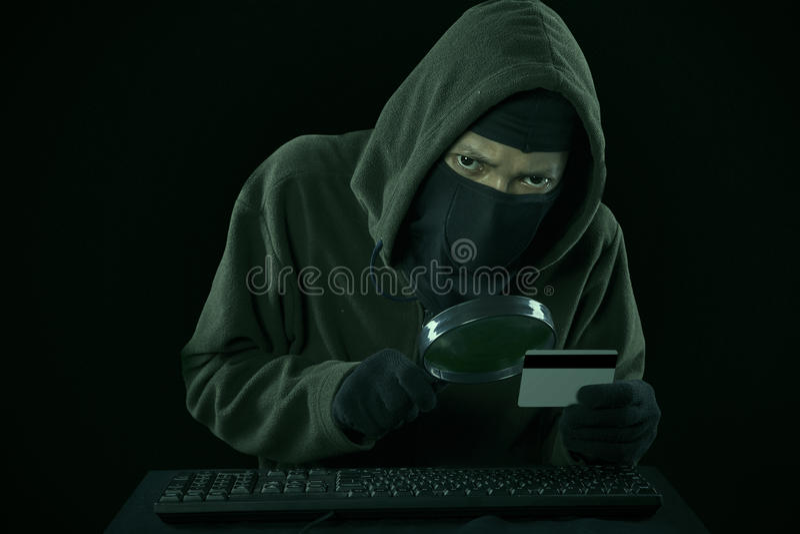Um homem que rouba o código de cartão do crédito fotografia de stock royalty free