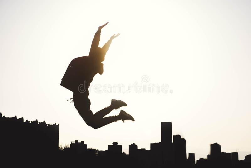 Um homem que salta ao céu fotografia de stock royalty free