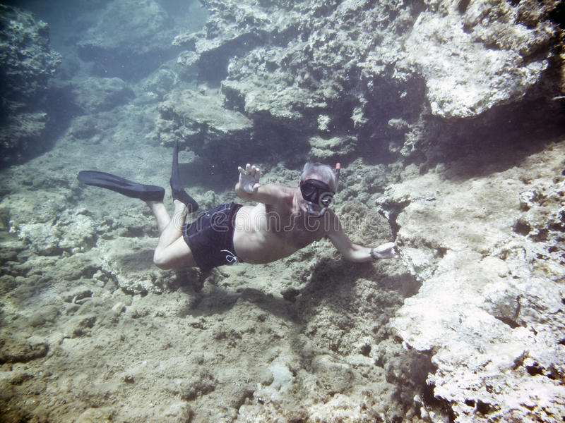 Um homem que snorkeling fotos de stock