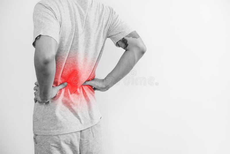 Um homem que toca no seu para trás, com destaque vermelho A dor nas costas, a dor lombar e a cintura causam dor, no fundo branco  imagens de stock