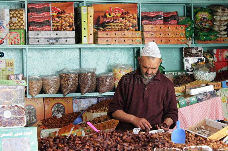 Um homem que vende tâmaras em Marrocos imagens de stock