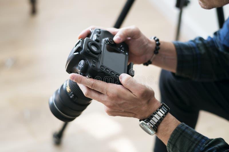 Um homem que verifica o registro da câmera fotografia de stock royalty free