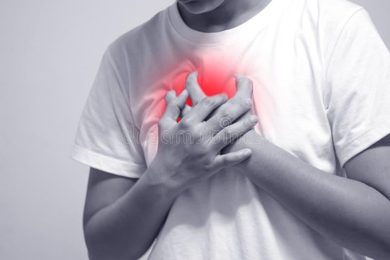 Um homem que veste uma camisa branca com dor do coração fotos de stock