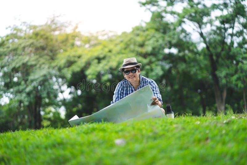 Um homem superior do viajante feliz senta-se em Forrest, fotos de stock