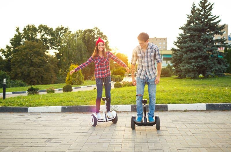 Um hoverboard novo da equitação dos pares - 'trotinette' bonde, pessoal fotos de stock royalty free