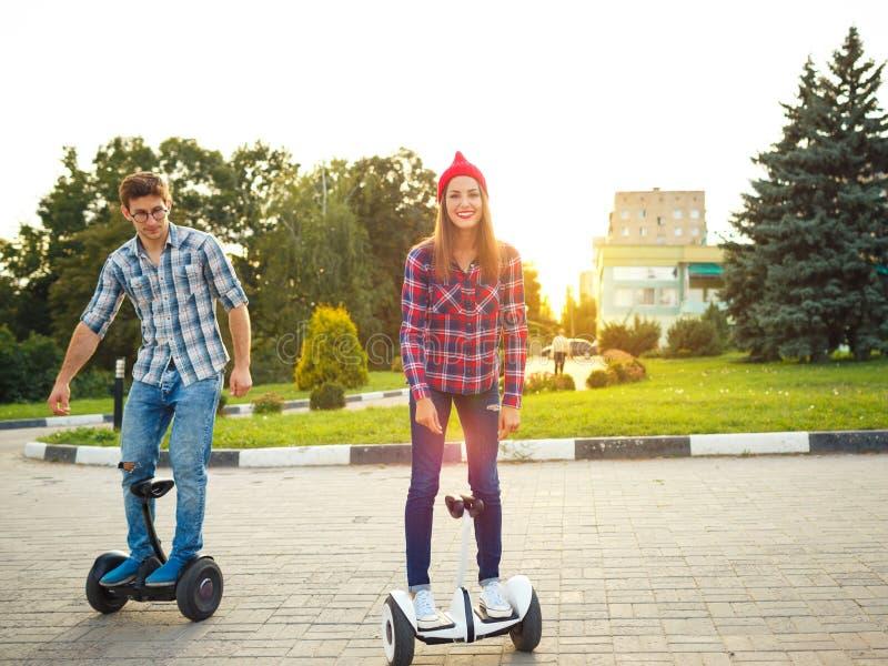 Um hoverboard novo da equitação dos pares - 'trotinette' bonde, pessoal imagens de stock royalty free