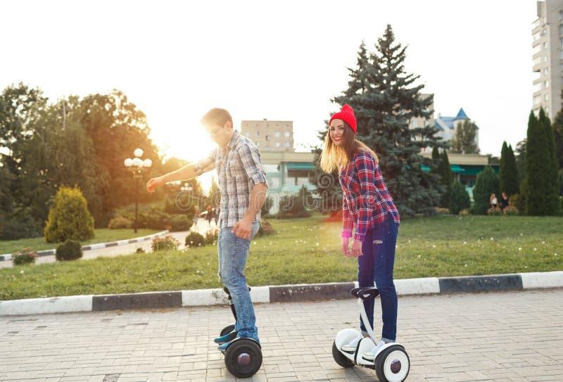 Um hoverboard novo da equitação dos pares - 'trotinette' bonde, pessoal imagem de stock royalty free