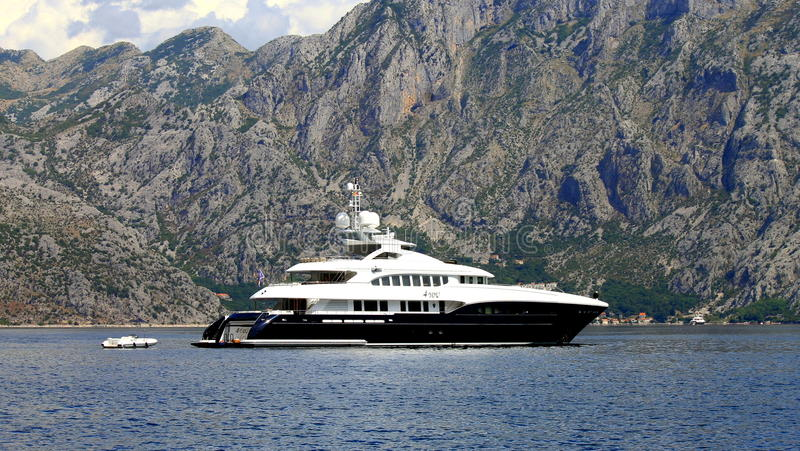 Um iate navega na baía de Kotor, Montenegro imagem de stock royalty free