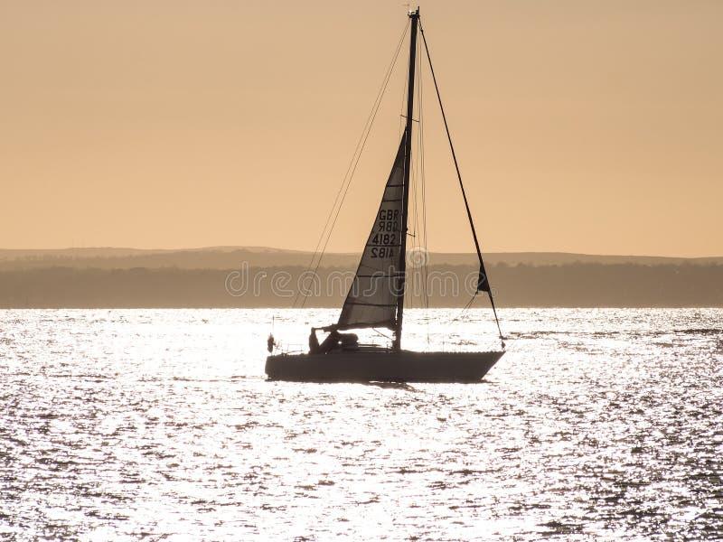 Um iate no por do sol no Solent foto de stock