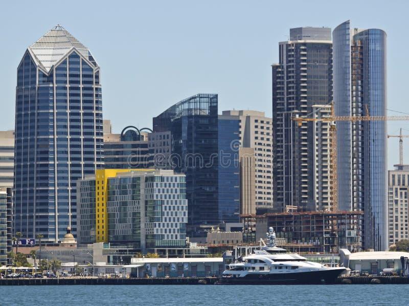 Um iate super entrado Attessa IV empequenecido por San Diego Skyscrapers imagem de stock royalty free