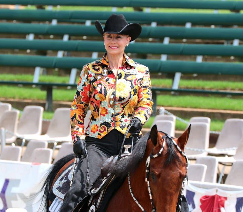 Um idoso bonito monta um cavalo na mostra do cavalo da caridade de Germantown fotos de stock royalty free