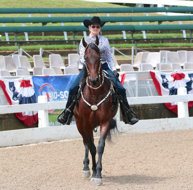 Um idoso monta um cavalo no Germantown C imagem de stock