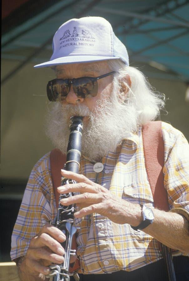 Um idoso que joga o clarinet fotografia de stock royalty free