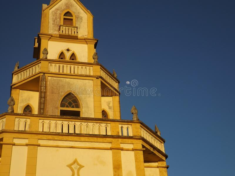 Um Igreja e um Lua imagens de stock