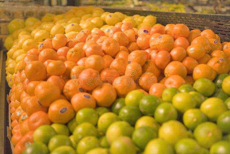 Um indicador das frutas em uma mercearia imagens de stock