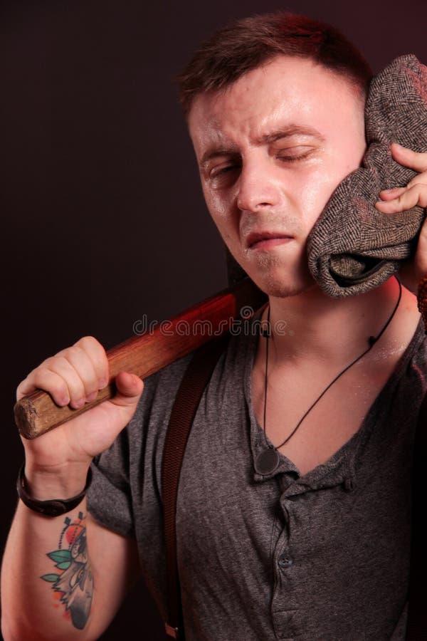 Um indivíduo à moda novo com um martelo grande imagens de stock