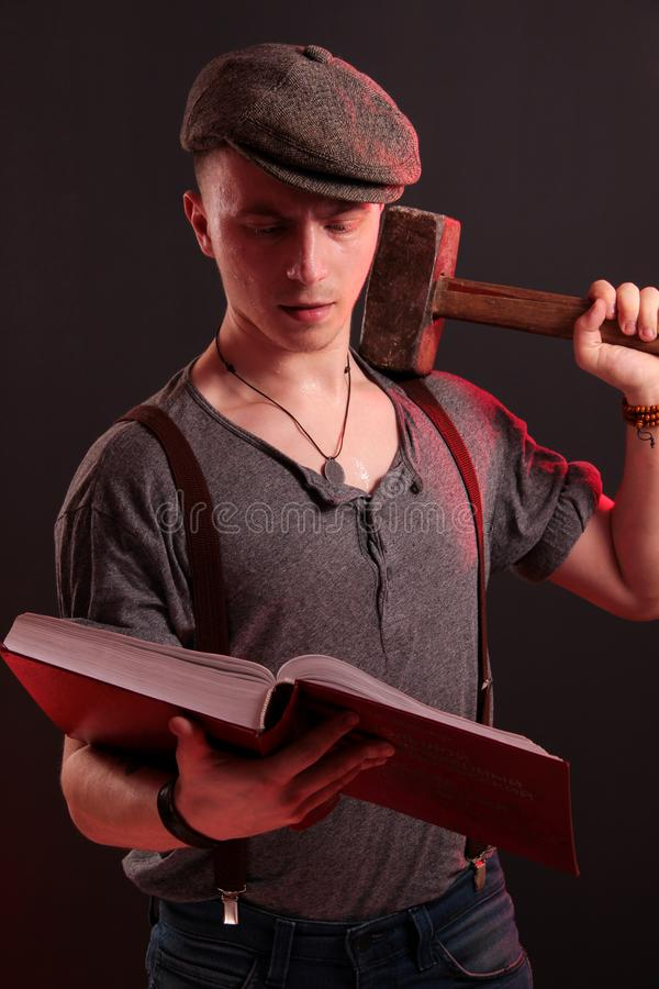 Um indivíduo à moda novo com um martelo grande fotos de stock