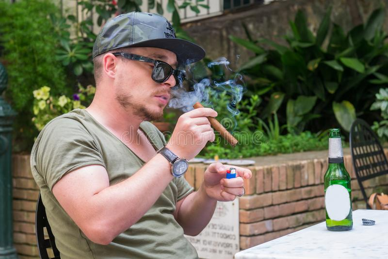 Um indivíduo albanês da máfia está fumando um charuto e beber fotografia de stock royalty free