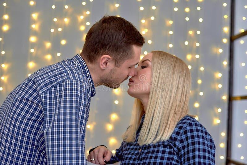 Um indivíduo e uma menina estão indo beijar imagens de stock